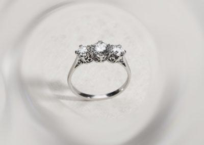 Bague Art déco Modèle trilogie, diamants et platine
