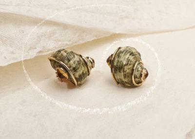Boucles d'oreilles Seaman Schepps or, saphirs jaunes et coquillage