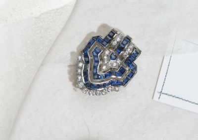 Broche clip écusson époque 1930 platine, diamants et saphirs